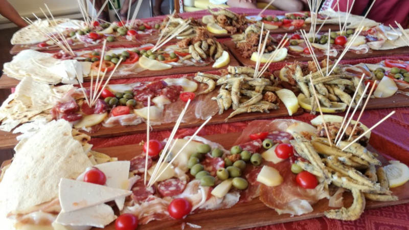 motoneve davide aperitif with cutting board of typical products