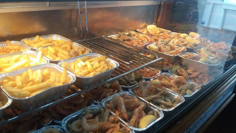 bateau à moteur davide à bord, vous trouverez du poisson frit et des frites