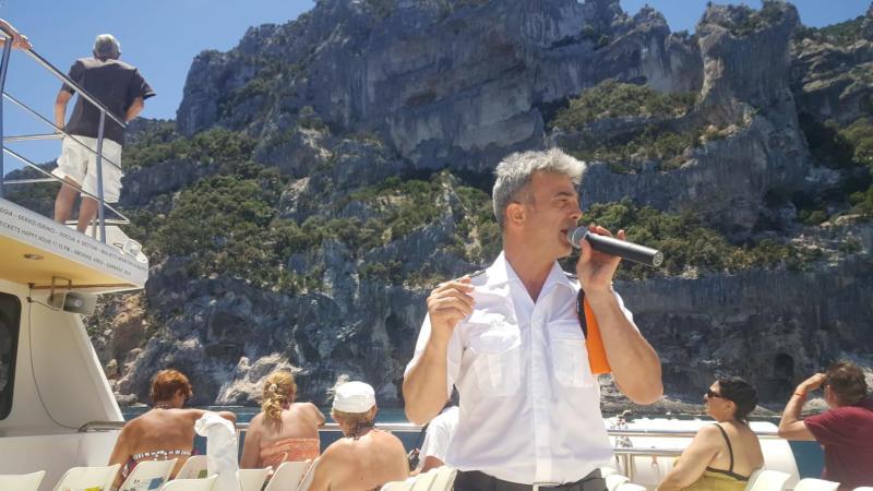 Capitan Danilo spiega l'itinerario e le bellezze visibili lungo l'itinerario